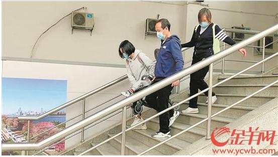 广州:地铁站出入口的电梯设备不足以容纳老年乘客